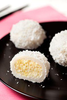 Les perles de coco… Je ne sais pas si vous connaissez mais en tout cas, moi, j'en suis fan ! D'aussi loin que je me souvienne, lorsque j'allais au restaurant Chinois avec mes parents, je prenais toujours ce dessert (et les gâteaux à base de soja avec un tampon rouge dessus). La texture est pourtant …