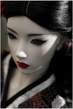 Beautiful japanese ball joint doll. #Red lips #Pale skin #Eyeliner