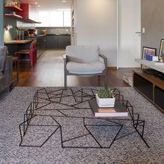 mesa de centro feita de ferro na sala de estar. Residência em São Paulo, Brasil. Projeto arquitetônico do DT Estúdio. #architecture #arquitetura #arte #art #artlover #design #architecturelover #instagood #instacool #instadesign #instadecor #instadaily #projetocompartilhar #shareproject #davidguerra #arquiteturadavidguerra #arquiteturaedesign #instabest #instahome #decor #architect #criative #photo #decoracion #table #tabledesign