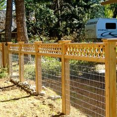 17 Awesome Hog Wire Fence Design Ideas For Your Backyard - Zaun Ideen Hog Wire Fence, Welded Wire Fence, Diy Fence, Backyard Fences, Wooden Fence, Garden Fencing, Fenced In Yard, Chicken Wire Fence, Cattle Panel Fence