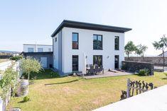 Hartl Haus Kundenhaus mit Terrasse im gradlinigen und modernen Stil Style At Home, Modern, Mansions, House Styles, Home Decor, Porches, Trendy Tree, Decoration Home, Manor Houses