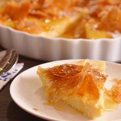 Σε ένα μπολ αναμιγνύουμε τους κρόκους με το σιμιγδάλι. Τοποθετούμε την κρέμα, το γάλα, τη ζάχαρη, το ξύσμα και τη βανίλια σε μια κατσαρόλα και ζεσταίνουμε λίγο πριν το σημείο βρασμού. Greek Sweets, Greek Desserts, Greek Recipes, Greek Cooking, Sweet Pie, Breakfast Snacks, Pie Cake, Delicious Desserts, Macaroni And Cheese