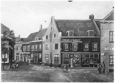 Gezicht op het hoekhuis Lange Viestraat 23 te Utrecht met links een gezicht in de Korte Viestraat waar het huis zijn zijgevel heeft. In dit pand was de sigarenwinkel van H.G. en M.A. van Hagen gevestigd.