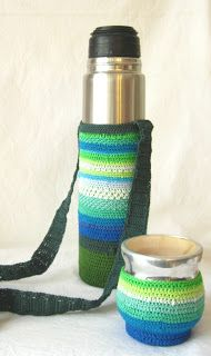 Funda para termo... en crochet Crochet Cross, Diy Crochet, Diy And Crafts, Arts And Crafts, Flask, Crochet Projects, Projects To Try, Cross Stitch, Knitting