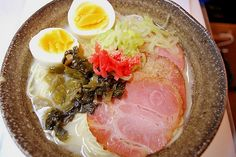 Người Nhật với nghệ thuật nấu ăn đẹp mắt và hương vị không lẫn đi đâu được đã sáng tạo ra món ramen lôi cuốn. Bát ramen với những miếng thịt lợn thái lát, rong biển cùng trứng luộc thả trong nước sẽ đánh thức mọi giác quan của bạn, khiến bạn ngất ngây.