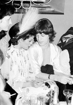 Bianca et Mick Jagger à Berlin en 1973 http://www.vogue.fr/mode/inspirations/diaporama/icnes-le-style-des-party-girls/23979#bianca-et-mick-jagger-berlin-en-1973
