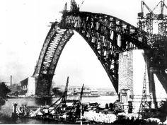 Sydney Harbour Bridge under construction. 🌹