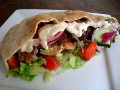 Chicken Shawarma Pita Sandwiches I miss living near a middle eastern restaurant and make these at home. Looking forward to trying this one. Summer Grilling Recipes, Healthy Summer Recipes, Healthy Food, Healthy Eating, Kebabs, Schawarma Rezept, Ideas Sándwich, Shawarma Recipe, Pita Sandwiches