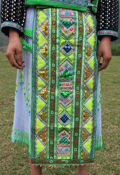 トラリンのモン族  Vietnam use of ribbons, lace, pom poms