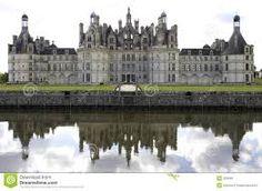 Chambord frankrijk  - Het kasteel is het grootste en waarschijnlijk het beroemdste kasteel aan de Loire (De Loire is een rivier in Frankrijk). Het ligt ongeveer vijftien kilometer ten oosten van Blois, ( Blois is een Franse stad ) Het domein is 5500 hectare groot en is volledig omringd door een 32 kilometer lange muur.