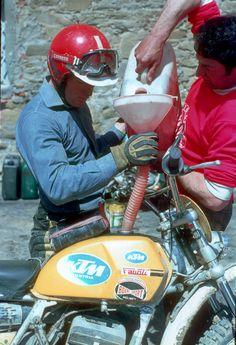 Imerio Testori puts gasoline to his Ktm. Enduro Vintage, Vintage Bikes, Vintage Motorcycles, Cars And Motorcycles, Enduro Motocross, Motocross Racing, Mx Bikes, Cool Bikes, Ktm 250