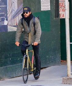 Justin Theroux Just Made Riding a Bike Look Cool