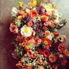 Gorgeous bouquet from a small florist in San Francisco called Studio Choo. Image from Design*Sponge. Floral Arrangements, Flower Arrangement, Beautiful Flowers, Beautiful Life, Beautiful Things, Natural, Planting Flowers, Wedding Flowers, Wedding Fun