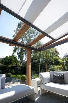 Hoe veel u ook kunt genieten van de zon, in hoogzomer kan het ook teveel worden, vandaar deze zonwering voor de houten overkapping met glas. www.jumbo-overkapping.nl