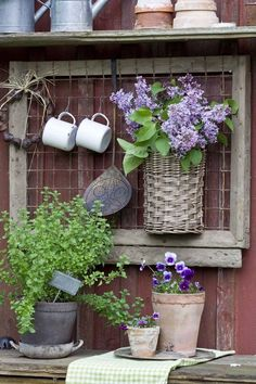 Having a potting bench makes working in the garden so much easier and more organized. Here's a great collection of DIY potting bench ideas. Dream Garden, Garden Art, Garden Sheds, Garden Pool, Easy Garden, Potting Tables, Walled Garden, Garden Projects, Diy Wall