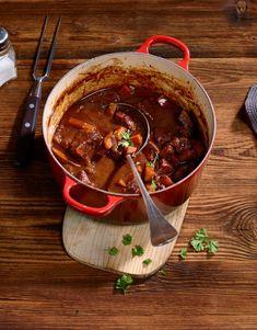 Un ragoût est un plat en daube pour lequel la viande est coupée en dés et cuite dans une grande quantité de liquide. Celui-ci se transforme en une sauce combinant les arômes de tous les ingrédients réunis dans la cocotte. Celerie Rave, Valeur Nutritive, Mets, Chili, Soup, Tomato Paste, Dutch Oven, Meat, Dish
