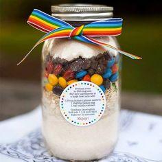 Presente criativo para quem adora doces Receitas de bolos e cookies em vidros com todos os ingredientes secos. Adoramos essa ideia......