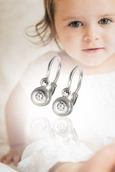 """Baby Earings Blueberries, handmade, natural gemstones: diamonds & white gold. Pre vaše malé parádnice len to najlepšie. V našom ponímaní má táto dokonalosť názov Čučoriedky. Ide o model detských náušničiek, ktoré majú mamy a ich princezné dlhodobo vo veľkej obľube.  Z dôveryhodných zdrojov vieme, že ani oteckovia proti tomuto výberu neprotestujú, z praktického dôvodu, že zapínanie na náušničkách je možné kedykoľvek prerobiť na """"napichovacie"""". Baby Earrings, Blueberry, Diamond, Berry, Blueberries"""