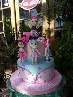 Torta muñecas L.O.L modeladas a mano en azúcar