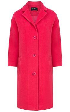 Лаконичное пальто насыщенного розового цвета добавит настроения и раскрасит весенние будни. Прекрасная основа для создания многочисленных модных образов в самых разных стилях. Надевайте его в офис с платьями, блузками и костюмными брюками, а в выходные смело комбинируйте с джинсами, трикотажными платьями макси и модными кроссовками