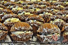 Věděli jste, že mušličky se dají vytvořit i z formiček na vánoční oříšky? Vypadají úplně skvěle! Pokud nemáte formičky na oříšky, existují i na mušle. Koupíte je v klasickém obchodě s domácími potřebami. Autor: Petra H. Finger Foods, Cake Pops, Cookie Recipes, Creme, Hamburger, Muffin, Beef, Cookies, Breakfast