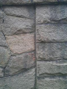 Typisk lokal granittmur (Gullmarsvallen)