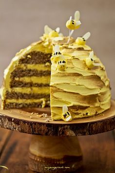 Beekeeper's cake My pastries Honey Recipes, Sweet Recipes, Cake Recipes, Bee Cakes, Cupcake Cakes, Cupcakes, Bee Hive Cake, Fancy Cakes, Pretty Cakes