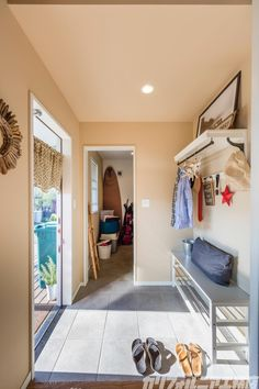 SURFER'S HOUSE in 横浜Ⅱ | カリフォルニア工務店 Surf House, Home, California Style, Interior, House, Home Projects, Living Spaces, Ideal Home, Entry Console Table