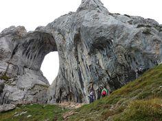 Un imponente arco natural de roca en Asturias, España  Se llama Ojo del Buey en la cumbre de Peña Mea, un monte que tiene 1557 metros de altura y una silueta, a causa de su arco, inconfundible.