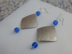 """Boucles d'oreille """"Tuck"""" argentées perles bleu électrique : Boucles d'oreille par bijou-lie"""
