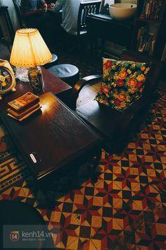 9 quán cafe nền gạch hoa cực nghệ ở Sài Gòn mà bạn nên ghé qua... chụp hình - Ảnh 40. Vintage Coffee Shops, Vintage Cafe, Vintage Decor, Cafe Shop, Cafe Bar, Parrot Flying, Font Shop, Outdoor Cafe, Coffee Shop Design