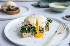 """Eggs Benedict er en uslåelig klassiker! En sprø skive brød, skinke eller bacon, posjert egg og hollandaise saus - mektig og utrolig godt! I tillegg har vi """"stjålet"""" spinaten fra varianten Eggs Florrentine, så vi får alt det gode på et og samme smørbrød."""