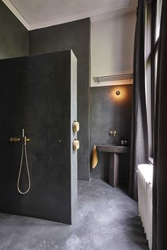How stunning is this black bathroom? It still gives of a warm glow because of the natural materials used. Also the light that shines trough make the bathroom even more beautiful. Bathroom Grey, Bathroom Taps, Bathroom Colors, Modern Bathroom, Small Bathroom, Ikea Bathroom, Grey Bathrooms Designs, Dark Bathrooms, Cheap Bathrooms