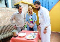 Los presentadores de Ruta 179, Carla Hidalgo y Santi Acosta, con el cocinero José Luis Estevan.