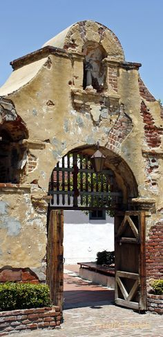 Grapevine Park is across the street from the mission and has the oldest grapevine that was planted in - Mission San Gabriel California Missions, Places In California, California History, California Dreamin', Wonderful Places, Great Places, Places To See, Places Ive Been, Beautiful Places