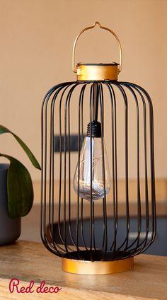 LANTERNE SOLAIRE LED : Coco Slim est une lanterne sans fil LED blanc chaud. Cette lanterne solaire se distingue par son design chic et moderne, mais également par son autonomie de fonctionnement (jusqu'à 8 heures). Lanterne solaire et autonome, Coco Slim apportera à votre décoration une touche tendance et originale. Elle est idéale comme lampe de table design, comme point lumineux pour une terrasse ou encore pour éclairer toutes vos réceptions. À vous de choisir ! #lanterne #solaire #led… Cage, Decoration, Slim, Ceiling Lights, Lighting, Home Decor, Bedroom Table Lamps, Point Light, Solar Lights
