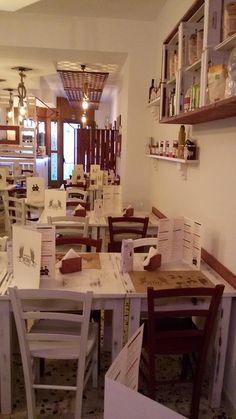 """Sedie e tavoli Pub Ristoranti Pizzerie MAIERON SNC www.mobilificiomaieron.it  - https://www.facebook.com/pages/Arredamenti-Pub-Pizzerie-Ristoranti-Maieron/263620513820232 - 0433775330.  Sedie e tavoli ristorante. Arredo """"Pizzeria Ninì"""" ad Atella (Pz). Tavoli color bianco laccato consumato e sedie in color bianco e bordeaux in stile shabby chic .Produzione Mobilificio maieron arredi pub, arredi bar, arredi ristoranti e arredi pizzerie. #arredoRistorantemaieron #arredoristorante #tavoliesedie…"""