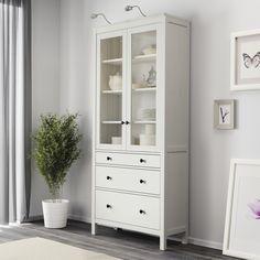HEMNES vitrinekast | #IKEA #IKEAnl #wit #verlichting #servies #plant #lades