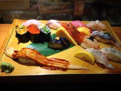 อรุณสวัสดิ์ครับ เช้านี้เอา Sushi มาเสิร์ฟกันถึงหน้าจอตอนเช้าเลย ร้านแรกที่จะเสิร์ฟ เป็นร้านซูชิชื่อดังในหมู่คนไทย ญี่ปุ่น และชาวต่างชาติเลยก็ว่าได้ ก็ผมเห็นมีท