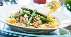 Lørdag - Tagliatelle med blåmuggostsaus og valnøtter fra Melk.no Fried Rice, Pasta Salad, Green Beans, Risotto, Fries, Vegetables, Ethnic Recipes, Food, Crab Pasta Salad