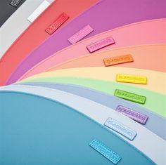 Klassiske gummi dækkeservietter i lækkert design fra Ørskov & Co.  De er lette er rengøre og de kommer i de skønneste farver.