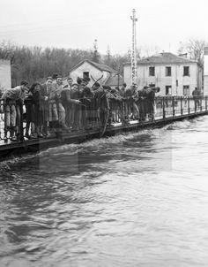 ESPAÑA CRECIDA DEL MANZANARES: MADRID; 17/02/1936.- Un grupo de madrileños se asoma a un puente sobre el río Manzanares, que ha crecido hasta casi rebasarlo, a causa de las recientes lluvias. EFE/Díaz Casariego/jgb
