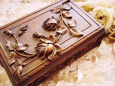 Wood Carving Patterns, Wood Carving Art, Wood Burning Crafts, Wood Crafts, Woodworking Art Ideas, Woodcut Art, Wooden Figurines, Ceramic Flowers, Wood Boxes