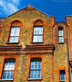 Wer das erste Mal in England ist, wird verwirrt vor den Fenstern stehen, denn wie kriegt man sie auf? Ganz einfach: nach oben oder nach unten schieben! Mehr zu dieser englischen Eigenart in unserem heutigen Blogbeitrag!