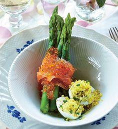 Mimoseæg med asparges og laks