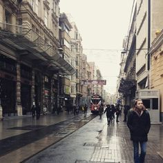 Istanbul 비오는날 이스트랄 거리....  여행을  가면 그 도시의 거리를 목적없이 거니는 것을 좋아한다...도시 속 사람들의 삶의 모습을 생생하게 볼 수 있기에... 이스탄불에서 가장 노스텔지어가 스며든  사진...
