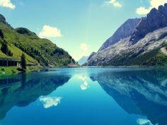 Montañas reflejadas en un tranquilo lago