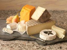 9. Come non far seccare il formaggioIl segreto è quello di mettere del burro o della margarina sui lati tagliati della forma di formaggio in questione per non disperdere l'umidità (funziona meglio con quelli a pasta dura).