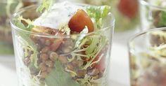 Ruokaisa avokadosalaatti, jossa on vihreitä linssejä, kirsikkatomaatteja ja kirpeää ja raikasta sitruunaa. Tarjoile salaatti tyylikkäistä laseista tai kauniilta vadilta.