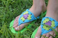 Dress up your flip-flops with these cute crocheted triangles. If you're a beginning crocheter, don't be afraid! The pattern is really simple, very easy to read, and includes step-by-step photos to help you along. #Shoes #Flip_Flops